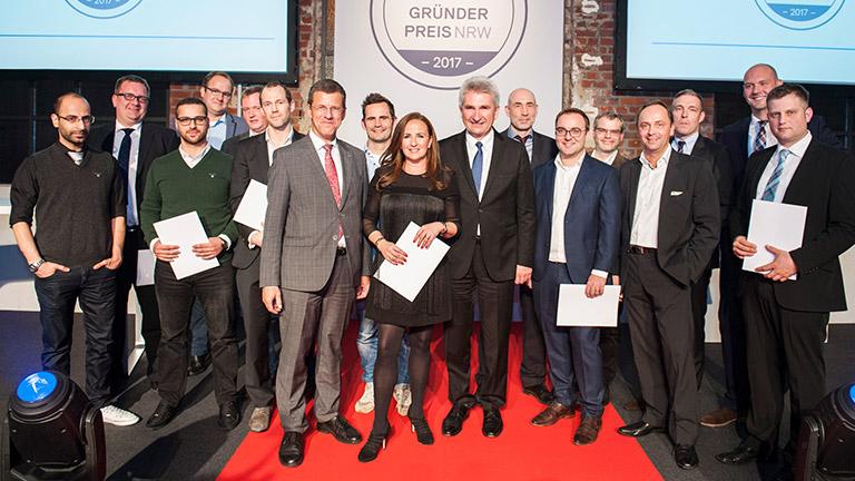 Die Preisträger sowie der Minister auf der Preisverleihung des Gründerpreis NRW 2017