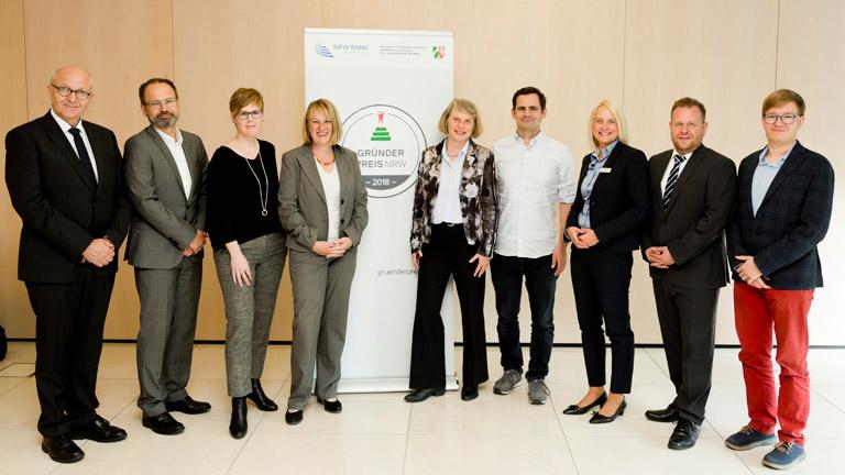 Männer und Frauen, die Jury des Gründerpreises NRW 2018, stehen in einer Reihe.