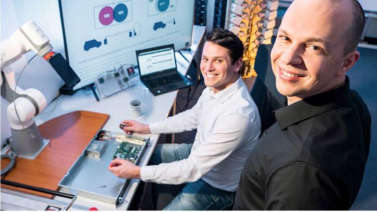 Zwei Männer arbeiten an einem Computer-Chip
